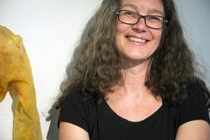 Anna-Karin Lundmark har gjort en lång rad konstverk utifrån två ärvda och älskade tröjor.