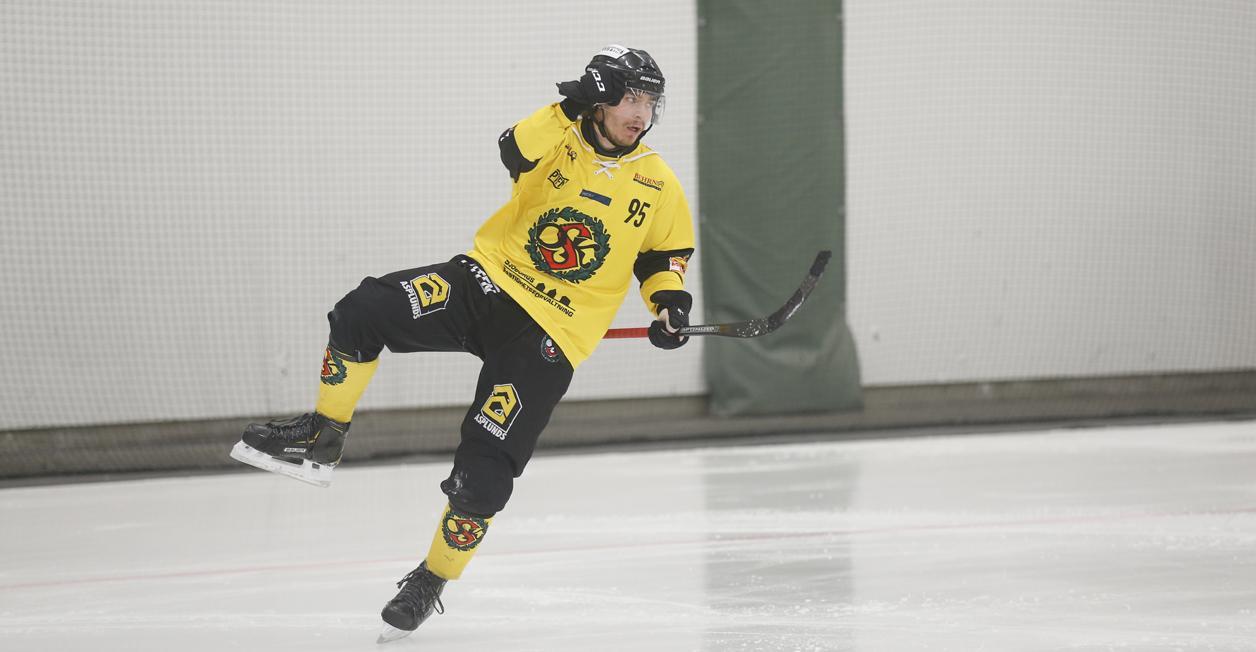 Nico Nevalainen jublar efter ett av sex finskt signerade mål mot Katrineholm, då ÖSK vann med 9–4.