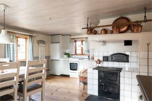 Kök med vedspis. Foto: Fastighetsbyrån Fagersta