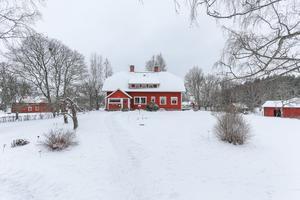 Huvudbyggnaden i vinterskrud.