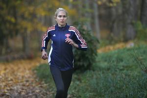 Karin Forsberg tränar i snitt 50 kilometer i veckan, fördelat på två tuffare kvalitetspass varav det ena oftast är en tävling, och två–tre distanspass. Upplägget har på bara några månader tagit henne ned till 37.51 på 10 000 meter och 18.13 på 5 000.