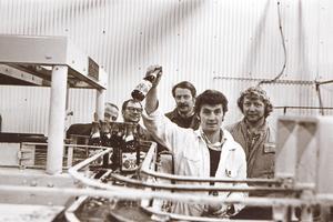 Den sista ölflaskan – en mörk Dart – rullar av bandet den 24 oktober 1980. Bryggmästaren Magnar Sivertsen i vit overall. Övriga fr v Olle Wall, Leif Nyman, Horst Henneberg och Ingvar Andersson. Foto: Lennart Forsberg/Arboga Tidning
