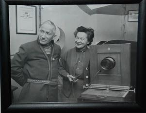 Tavla som föreställer Pockes morfar Nils Tomasson och mamman Brita.