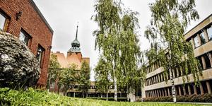 Stora frågetecken reser sig nu kring projektet med att bygga nya kontor i Östersunds Rådhuskvarter . Inga pengar finns för investeringar fram till 2021 och någon rivning av de idag tomma husen verkar inte heller aktuell i det korta perspektivet.