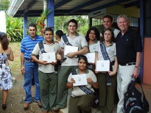 Här har några elever från den så kallade puma-gruppen som Tommy och organisationen jobbat med precis tagit examen. Foto: Privat