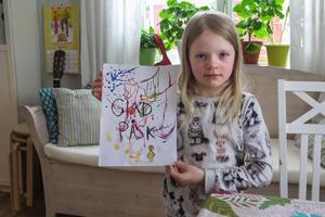 Milly Sundin från Tångeråsen i Offerdal vid hörnet av bordet där hon skapade sin vinnarmålning. Men då var duken ersatt av en tidning som underlag.