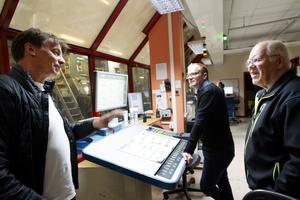Kenneth Jansson teknisk ansvarig på Mittmedia print pratar minnen med Jan Andersson Vd på Mittmedia print och Nisse