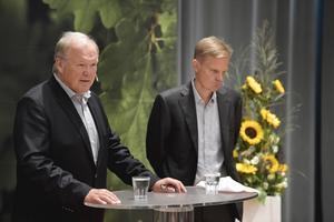 Swedbank styrelseordförande Göran Persson presenterar bankens nye vd Jens Henriksson, tidigare statssekreterare under Perssons regering. Foto: Pontus Lundahl / TT