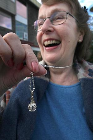 Inga-Britt Andersson från Uppsala tycker jättemycket om Daniel och Victoria. I samband med bröllopet förra året köpte hon det här smycket i form av en krona i Ockelbo.