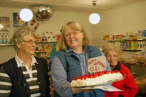 Jubilar. Margareta Häll (mitten) firade sin lanthandels tioårsjubileum med tårta och kaffe till alla kunder.