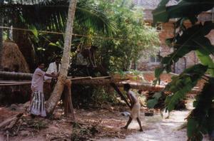 Var i södra Indien Kerala, när jag såg det här milt sagt ålderdomliga sättet att framställa brädor. Miljövänligt om inget annat!