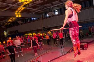 Maria Olofsson fick deltagarna att hoppa högt under sitt Barre Move-pass. Den utmanande träningsformen är inspirerad av bland annat balett.