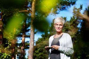 Jessica Björnwall, den lyckliga vinnaren av Länstidningens sommarbildstävling, med vinsten i handen.