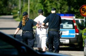 18-åringen lät sig lugnt föras till polisbilen när han greps.