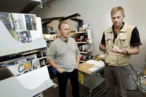 """Förebyggande. """"Vi vill att man tänker efter och jobbar så att man förebygger skador"""", säger fackordföranden Håkan Alenius, till höger, och Jörgen Lindström, fackligt aktiv på Posten i Sandviken."""