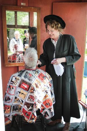 Yvonne Spring använder en riktigt gammaldags rakkniv när hon trimmar skägget på Thomas Lindberg under kulturhistoriska festivalen Det hvar på tiden.