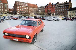 60 bilar parkerade på Stortorget på onsdagskvällen. Det var startskottet för årets bilträffar som pågår varje onsdag en bit in i oktober.