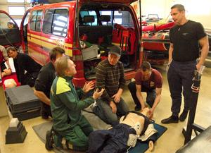 Brandmän vid Räddningstjänsten Dala Mitts kår i Björbo under en utbildning i sjukvård.