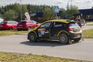 En av bilarna som kommit tillbaka efter första etappen.