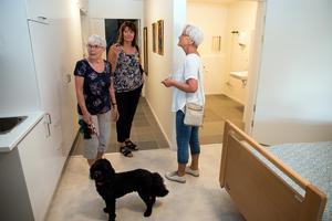 Gun Eriksson, hunden Zingo och Birgitta Rolandsson inspekterade prototyplägenheten. Varje rum får eget pentry och badrum med egen tvätt- och torkstapel, berättade kommunens utvecklare Carina Gardh Nilsson.