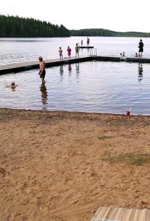 Vid Skärsjön får man samsas med badgäster. Vattnet är klart och kallt. Foto: Arkiv