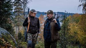 Evelina Åslund Bäck och Peter Ekeström guidar genom olika jaktformer. Foto: Baldur Bragason /SVT