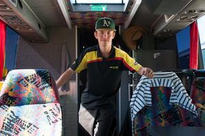 Pontus Garefelt visar familjens nya buss. Där finns ett litet kök med spisplattor, en tv, sängar och bekväma sittplatser.