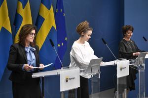 Regeringen står handfallen inför krisen, skriver artikelförfattarna. På bilden tre ministrar vid en presskonferens i maj med åtgärder för arbetslösheten bland unga. Foto: Ari Lorestani / TT.