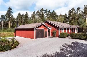 Hus i barnvänligt område med promenadavstånd till förskola, skola och fina elljusspår. Foto: Kristofer Skog.