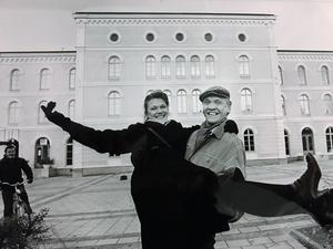 Björn Sundberg med dottern Katrin Sundberg framför Örebro teater. Bilden är tagen 1979 av NA-fotografen Stig Nyström.
