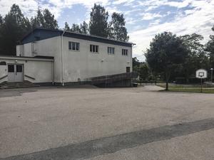 Här i Sunnansjö gymnastiksal uppges medlemmar i nazistiska NMR ha regelbundna sammankomster. Kommunen har inga planer på att häva hyreskontraktet.