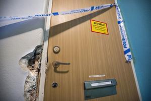 De misstänkta påstås ha använt specialverktyg för att kunna ta sig genom den låsta säkerhetsdörren. Karm, dörr och infästningar har skadats.