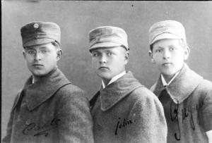 Carl-Rudolf, John och Gustav Gardberg 1918 gick till fotografen i Åbo 7 maj 1918. Privat bild.