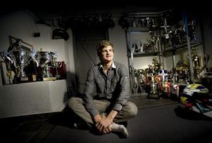 2009: Hemma i pojkrummet i Kumla. Bland pokaler och racingkepsar hämtade Marcus  nya krafter inför nästkommande år som skulle bli avgörande för hela hans framtid. Arkivfoto: Pavel Koubek