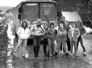 1989 var det dags för skolstrejk igen och återigen var det bussfärden till och från skolan i Föllinge som var orsaken. Efter att ett par elever skadats av att bussen hoppat och skakat så mycket på den tjälskadade länsväg 340 beslöt eleverna sig för att strejka en vecka. På bilden, från vänster: Elisabet edlund, Jonas Magnusson, Björn Edlund, Mikael Gruvelgård, Yvonne Gabrielsson, Martin Anderberg, busschauffören Örjan Nilsson (som stödde elevernas aktion), Anneli Åsell, , Maria Nilsson och Camilla Gruvelgård