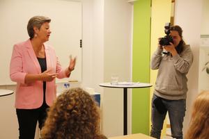 """""""Det är viktigt med lokal närvaro på Arbetsförmedlingen"""", sade arbetsmarknadsminister Ylva Johansson när hon besökte dess kontor i Sala."""