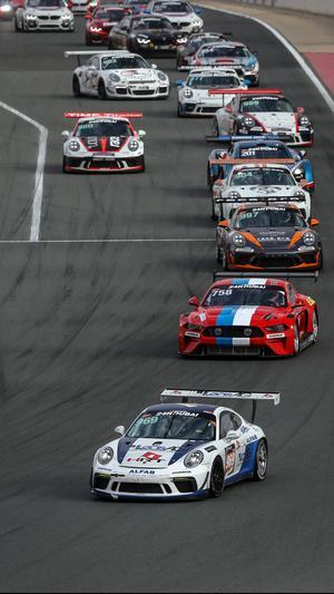 Först i ledet av tävlingsbilar Hans Holmlund bak ratten i Porschen. Foto: Gruppe C Photography