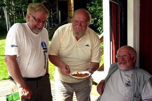 Arrangörerna hade fullt upp att göra under söndagens premiär på Janne Vängmantorpet, här syns från vänster Anders Sundström, Sune Rystedt och Lennart Sundström som godkände smaken på våfflorna.