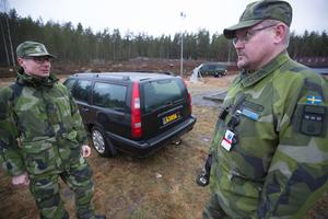 Snabbsammanfattning av dagen. Löjtnant Joakim Berggren och kompanichefen Henrik Nordberg summerar de nyinrycktas allra första skjutning med skarp ammunition på Jämmerdalens skjutfält, strax utanför Falun.