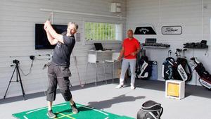 Per-Arne Håkansson testar utrustning i den toppmoderna swingstudion under överinseende från tränaren och instruktören Peter Forsgren.
