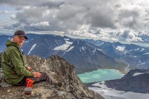 Daniel Jonsson på toppen av Vuojnestjåhkkå i Sarek, fotograferad av sin bror Fredrik Jonsson.