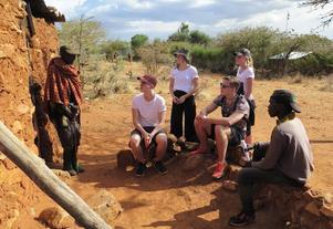 På besök i en Masaaifamilj. Många bodde i lerhus som detta. Mat lagades över öppen eld och ofta kom grannar eller släktingar och åt. Det gjorde att många av husen var rökfyllda, då vissa hade eldstaden inne i vardagsrummet. Foto: Privat