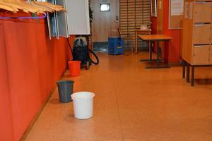 Så här såg det ut i slutet av november i ett lärarutrymme, sedan det läckt in genom taket på F-huset.