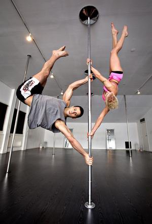 Ibrahim Tunc och Sanna Larsson uppskattar att ungefär 80 sökte till SM och att några tusen utövar poledance i Sverige. Domarna tittar bland annat på styrka, vighet, artisteri, originalitet och teknik i sin bedömning.