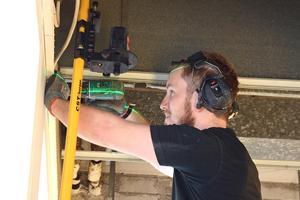 Norrmalms Bygg har mycket att göra. Här håller Petter Westerlund på att montera ett nytt innertak till frisörsalongen Hon o han i Sundsvall.