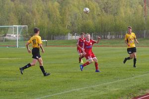 Liam Holgersson Kvarnström, född 04, debuterade på mittfältet i Hedes seniorlag och gjorde det med äran. I bakgrunden David Hansson, 03, som också gjorde en bra match.