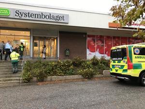 Ambulans kom först till platsen och delade ut filtar till personalen som sprang ut utan ytterkläder, men ingen har skadats av rökutvecklingen.