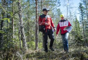 Dennis Samuelsson och Björn Abelsson är ute i skogen på Södra berget och söker rätt på en röd checkpoint. De finns i olika svårighetsgrader. I Sundsvalls centrum är de blå och lättaste, sedan är skalan upp till svart som är de klurigaste och de som ligger ute i terrängen.