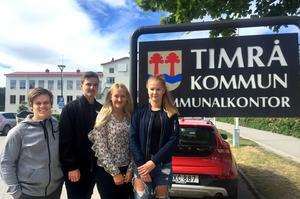 Nils Söderlind, Lucas Åslund, Elin Frölander och Elin Unander sommarjobbar på kommunen med att skicka ut gratis busskort till alla barm och ungdomar i Timrå.