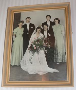 Bröllopsfotot hänger på väggen. Arthur och Elisabeth Nilsson med Elisabeths syster och make och Arthurs yngsta bror och yngsta syster.